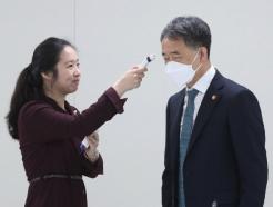 [사진] 회의 앞두고 발열검사 하는 박능후 장관