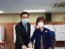 [사진] 유덕열 동대문구청장, 부인과 사전투표 참여