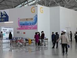 [사진]인천공항 사전투표소에 줄지은 유권자들