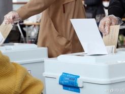 [사진]사전투표 첫날, 비닐장갑 착용하고 투표
