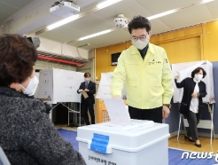 [사진] 정원오 성동구청장, 마스크 장갑 끼고 사전투표