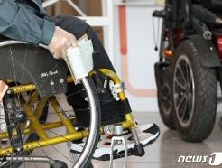 [사진] 사전투표 기다리는 장애인 유권자