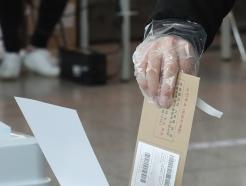 [사진]사전투표 첫날, 투표하는 시민