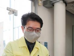 [사진] 정원오 성동구청장 '투표 위해 비닐장갑 껴요'