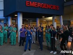 [사진] 코로나 의료진에 응원박수 치는 英 의료진들