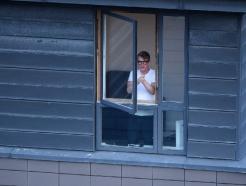 [사진] 코로나19 의료진에 응원 박수 보내는 英 시민들
