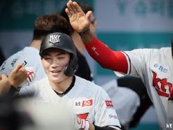 """'대형포수 예감' <strong>KT</strong> 강현우, 번트 서툰 이유? """"저 4번타자였는데요"""" [★현장]"""