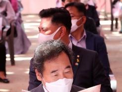 [사진] 봉축 법요식 참석해 순서지 바라보는 이낙연 위원장