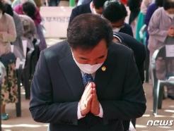 [사진] 합장하는 이낙연 위원장