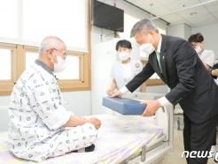 [사진] 국가유공자 입원 환자 위문하는 보훈처장