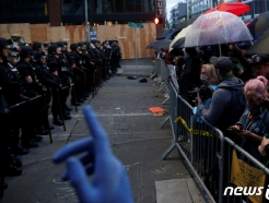 플로이드 사망 시위서도 우산 나왔다…홍콩 시위 오버랩