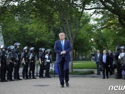 """""""법과 질서!""""…트럼프<strong>,</strong> 경찰에 시위 강력대응 촉구"""