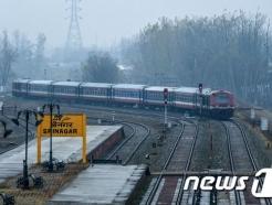 파키스탄서 열차와 밴 충돌…순례길 시크교도 19명 숨져