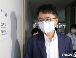 [사진] 전원회의장 들어가는 박준식 최저임금위 위원장