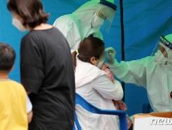 [사진] 어린이 확진자 2명 발생에 코로나19 검사받는 원아들
