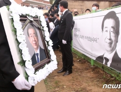 [사진] 창녕 생가에 도착한 고 박원순 시장 영정사진