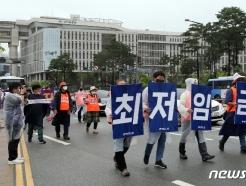 [사진] 최저임금 인상 촉구 거리행진하는 민주노총