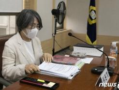 [사진] 자료 살펴보는 김영란 대법원 양형위원회 위원장