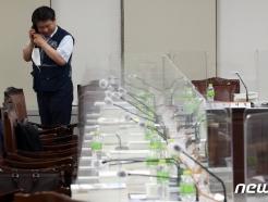 [사진] 통화하는 김현중 근로자 위원