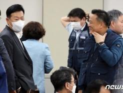 [사진] 8차 전원회의 정회, 대화나누는 류기정 위원과 이동호 위원