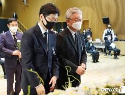 [사진] 헌화하는 이재명-김경수