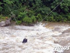 [사진] 김천 유성리 계곡서 70대 노인 로프로 구조