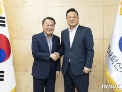[사진] 황서종 인사혁신처장 '우정노조위원장과 함께'