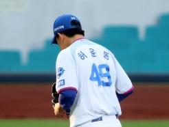 [사진] 1회 마운드 내려가는 '삼성 선발 허윤동'
