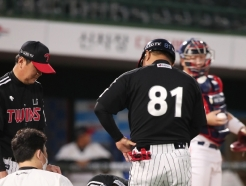 [사진] 통증 호소하는 LG 이천웅