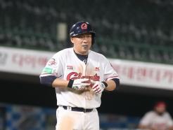 [사진] 공 맞은 롯데 안치홍