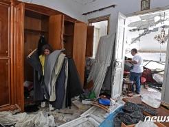 [사진] 난장판 집안서 살림살이 챙기는 베이루트 주민들
