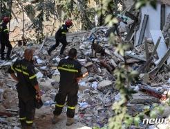 [사진] 베이루트 폭발 현장서 희생자 수색하는 佛 구조대원