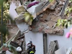 [사진] 베이루트 파손된 주택서 희생자 찾는 佛 구조대원