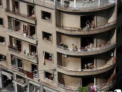 [사진] 파손된 아파트서 쓰레기 치우는 베이루트 주민들