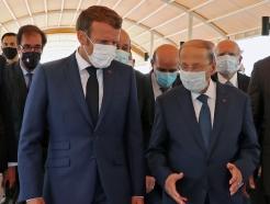 [사진] 아운 레바논 대통령의 설명듣는 마크롱