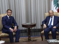 [사진] 아운 레바논 대통령과 나란히 앉은 마크롱