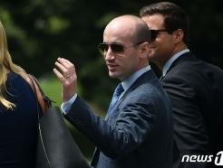 [사진] 전용헬기 타러가는 밀러 백악관 선임고문