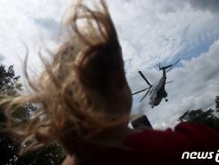 [사진] 트럼프 전용헬기에 휘날리는 머리카락