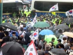 [사진] 경찰과 대치중인 보수단체
