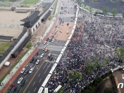 [사진] '고궁은 사회적거리두기, 집회는 따닥따닥'