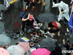 [사진] 문재인 대통령 이름에 신발던지는 보수단체