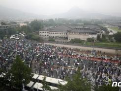 [사진] 안개에 덮힌 청와대로 향하는 보수단체