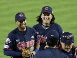 [사진] 마차도-김원중 '승리의 미소'
