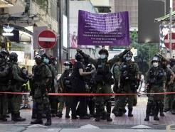 홍콩, 최루탄으로 시위대 진압한 경찰 '무더기 표창'…시만단체 즉각 반발