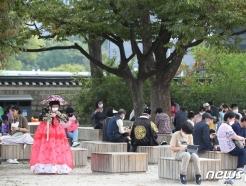[사진] 경복궁에서 휴식 취하는 시민들