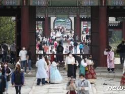 [사진] 경복궁에서 추석연휴 즐기는 시민들