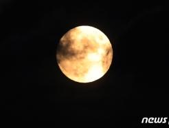[사진] 구름 사이로 떠오른 보름달
