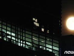 [사진] 불켜진 사무실 밝히는 추석 보름달