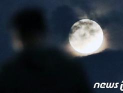 [사진] 구름 위로 얼굴 내민 한가위 보름달