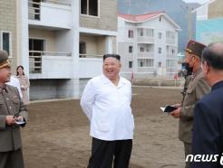 김정은, 수해현장 방문해 '승리' 선언…김여정 두 달만 등장(종합)